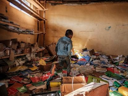 Un niño camina entre libros en la biblioteca de una antigua escuela primaria que resultó dañada durante los enfrentamientos que estallaron en la región de Tigray en Etiopía, en el pueblo de Bisober, el 9 de diciembre de 2020.