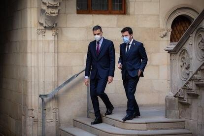 El presidente del Gobierno, Pedro Sánchez y el presidente de la Generalitat, Pere Aragonès, el pasado miércoles a su salida de la reunión en el Palau de la Generalitat en Barcelona.