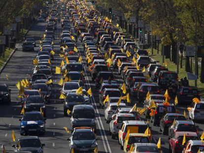 Miles de coches desfilaron por Madrid el domingo, al igual que en 30 ciudades españolas para protestar contra la llamada Ley Celaá que propone reformar la Lomce de Wert.