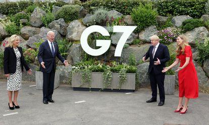Los Biden y los Johnson posan para las fotos, sonrientes y relajados, en Carbis Bay, Cornuaelles, Inglaterra, el 10 de junio de 2021.
