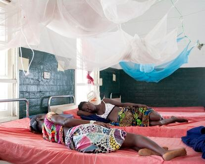 En el hospital de Bonthe, Francess y Kadi descansan en la sala de maternidad.