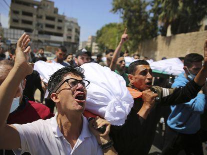 Habitantes de Gaza llevan los cuerpos de los palestinos que murieron en los ataques aéreos israelíes, este domingo en la Franja de Gaza.