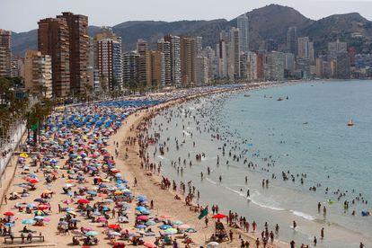 Cientos de turistas aprovechan la playa de Levante de Benidorm el pasado viernes.