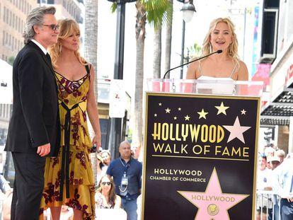 Kate Hudson habla durante el acto en homenaje a Kurt Russell y a su madre Goldie Hawn.