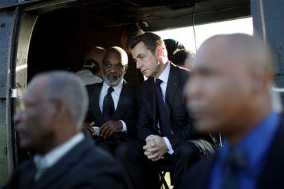 El presidente francés, Nioolas Sarkozy, acompañado por el presidente haitiano, René Préval, a su llegada al aeropuerto de Puerto Príncipe.