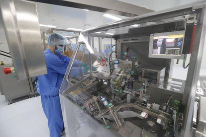 Proceso de preproducción de la vacuna Sputnik V (en Rusia llamada Gam-COVID-Vac), en un centro de San Petersburgo el 4 de diciembre.