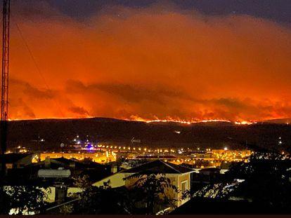 Las llamas, vistas desde las murallas de Ávila, alcanzan el domingo pasado el cerro donde se alza Ulaca.
