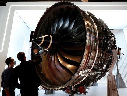 Dos personas miran un motor de Rolls-Royce que se muestra en el Salón Aeronáutico de Singapur, el 11 de febrero.