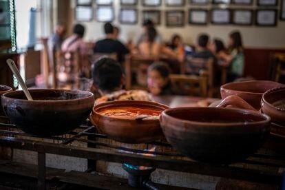 Guisos en ollas de barro en La casa de Blanca, en Tzintzuntzan (Michoacán).