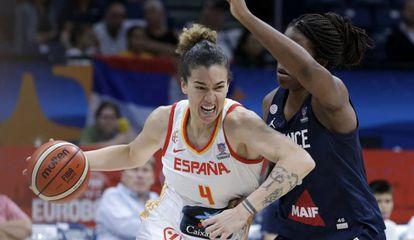 Laura Nicholls, ante Endene Miyem, en la final del Eurobasket.