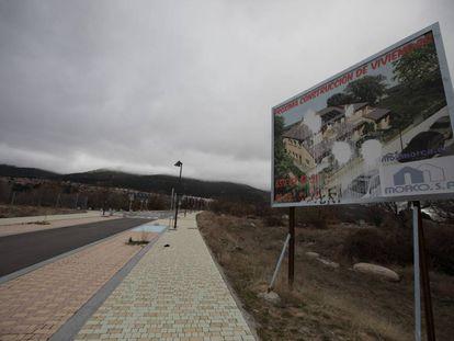 Un cartel anuncia viviendas en la zona de El Ensanche de El Escorial.