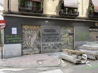 Imagen que colgaron en las redes sociales de la librería madrileña Mary Read con las pintadas transfobas en su fachada.