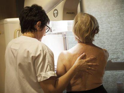 Una radióloga realiza una mamografía a una paciente en una clínica francesa.