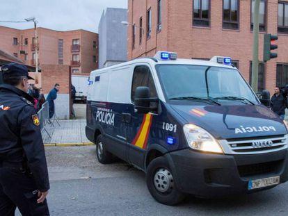 Furgón policial en el traslado de los tres jugadores de la Arandina a prisión.