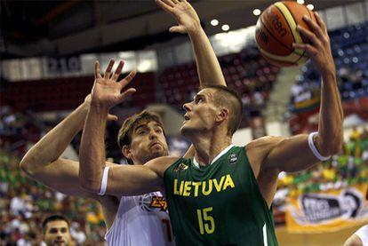 Marc Gasol intenta frenar el avance de Javtokas.