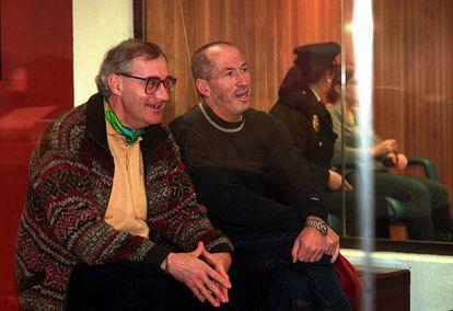 """Los miembros históricos de ETA Eugenio Etxebeste, """"Antxon"""", e Ignacio Arakama, """"Makario"""", a la derecha de la imagen, en el banquillo durante el juicio por el caso Sokoa en la Audiencia Nacional."""