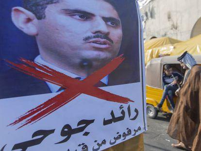 Póster tachado con la imagen de Raed Juhi, cuyo nombre se ha barajado como posible primer ministro, el miércoles en la plaza Tahrir de Bagdad.