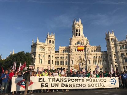 Concentración en la Plaza de Cibeles en defensa del transporte público de Madrid.