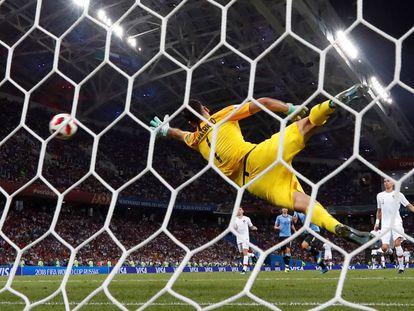 Cavani marca su segundo gol ante Portugal.