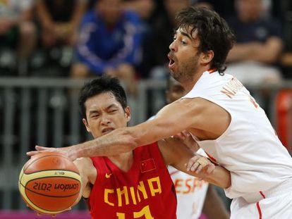 Navarro lucha por el balón con Chen Jianghua.