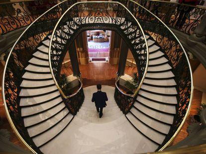 Escaleras interiores del Palacio de Longoria, sede de la Sociedad General de Autores y Editores (SGAE), en la calle Fernando VI de Madrid, obra del arquitecto José Grases Riera.