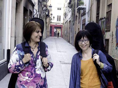 Eva Dénia y Merxe Martínez en una calle de Valencia.