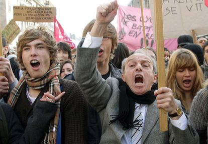 Un grupo de manifestantes protesta contra la reforma de las pensiones en Burdeos.