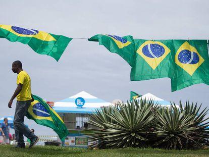 Un vendedor de banderas brasileñas en Río de Janeiro.