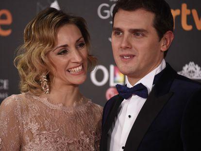 Beatriz Tajuelo y Albert Rivera,  en los premios Goya de 2017,  en Madrid.
