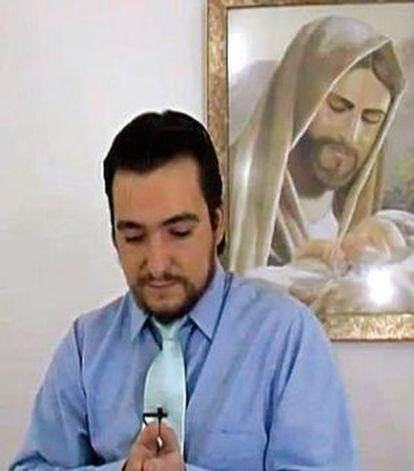 Imagen de Ignacio González de Arriba en la web de la secta, junto a un cuadro de Cristo.