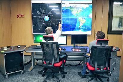 Ingenieros  de GMV en la sala  de control.