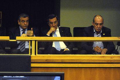De izquierda a derecha, los tres diputados generales Javier De Andrés (Álava), José Luis Bilbao (Bizkaia) y Martin Garitano (Gipuzkoa), en un pleno del Parlamento.