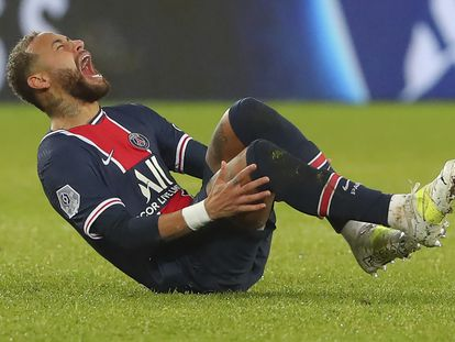 Neymar se duele del tobillo durante el partido ante el Lyon este domingo.