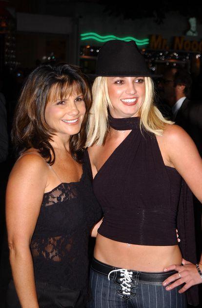 Britney Spears, junto a su madre Lynne Spears, en 2002.