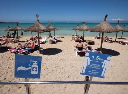 Turistas en la playa de Palma de Mallorca la semana pasada.