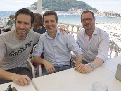 Pablo Casado flanqueado en San Sebastián por Borja Sémper y Javier Maroto. En vídeo: Casado anuncia que se presenta para que el partido no se rompa.
