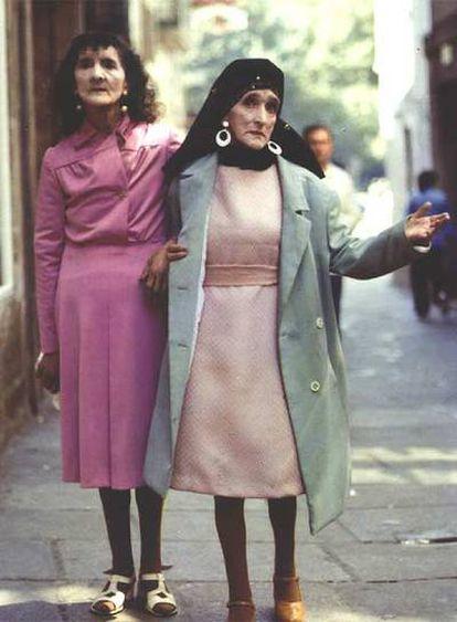 Coralia y Maruxa Fandiño, <i>Las Marías</i>, paseando por Santiago en una imagen atribuída a Xoxé Guitián.