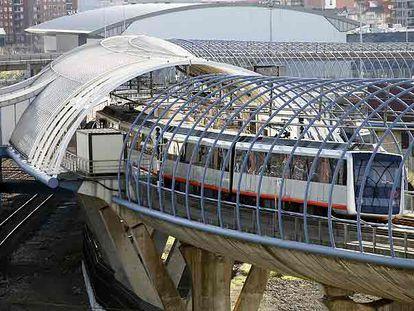 A la izquierda, el metro de Bilbao en la estación de Urbinaga. A la derecha, autobús urbano de Sevilla.