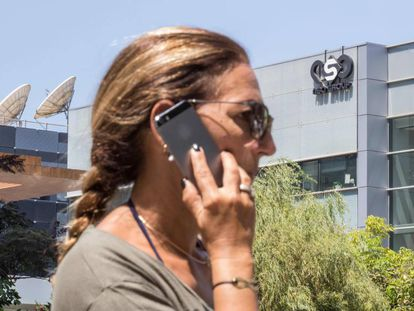 Una mujer habla por teléfono frente a la sede de NSO Group, cerca de Tel Aviv (Israel).