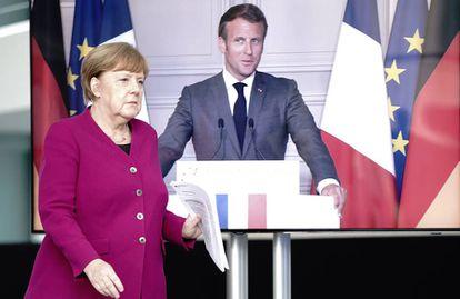 La canciller alemana, Angela Merkel, conectada con el presidente francés, Emmanuel Macron, para una videoconferencia conjunta.