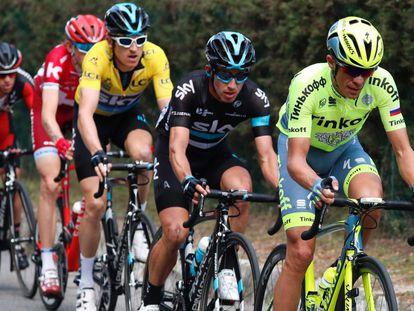 Contador tira del grupo, camino del Col d'Éze, seguido por Henao, Thomas, Zakarin y Porte.