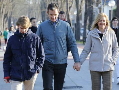 Iñaki Urdangarin pasea con la infanta Cristina y su hijo Miguel por Vitoria.