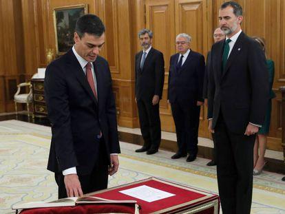 Pedro Sánchez, jura su cargo de presidente del Gobierno ante el Rey.