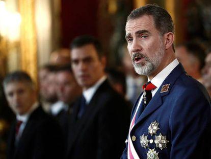 El rey Felipe VI, junto al presidente Pedro Sánchez, durante su discurso de la pasada Pascua Militar.