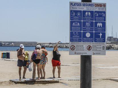 Cartelería informativa en la playa de la Malva-rosa, de Valencia, sobre medidas de seguridad.