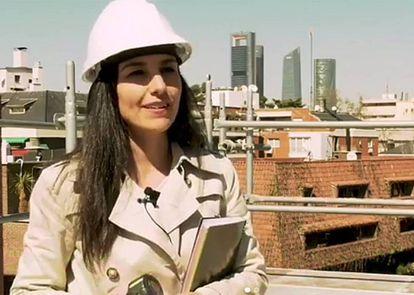 Rocío Monasterio, con casco de obra, en una imagen de un vídeo de Vox.
