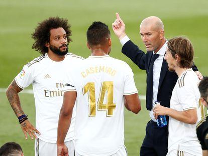 Zidane da instrucciones a Marcelo, Casemiro y Modric la pasada temporada contra el Eibar.