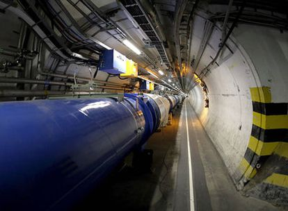 El LHC en el túnel circular de más de 27 kilómetros situado bajo la frontera suizo-francesa.