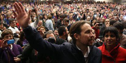 El secretario general de Podemos, Pablo Iglesias, y la candidata en Andalucía Teresa Rodríguez, en el mitin celebrado en el palacio de Congresos de Sevilla.