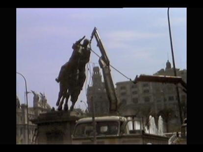 Captura de una imagen del documental durante el desmontaje de la estatua de Franco en la plaza del Ayuntamiento.
